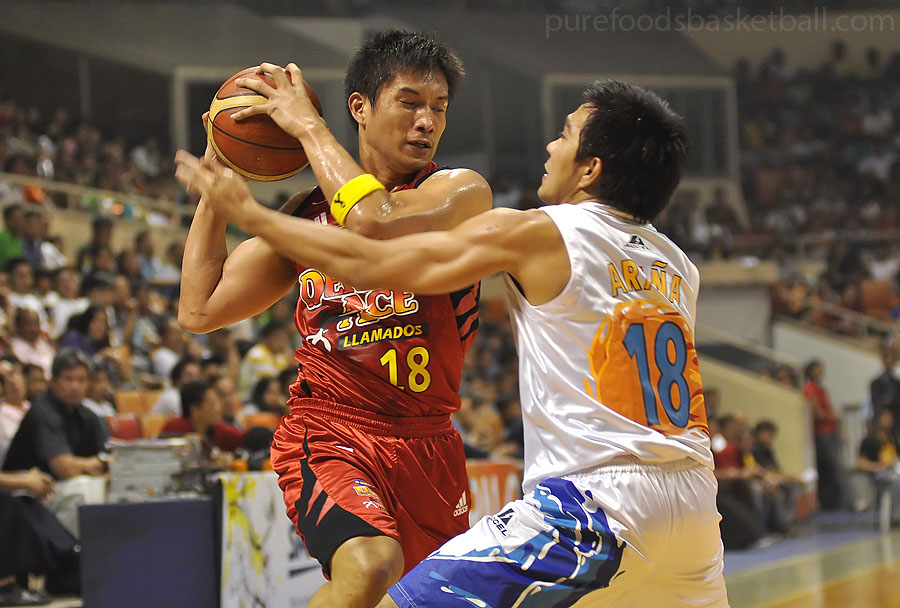James Yap heavily guarded by Ryan Arana