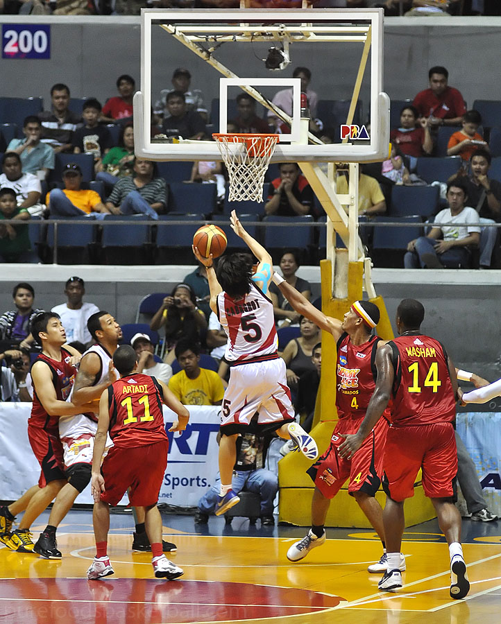 Alex Cabagnot between defenders
